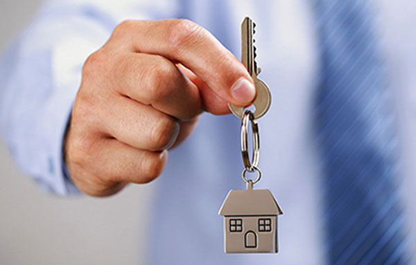 چنانچه معامله در مورد آپارتمان های پیش فروش باشد قبل از مراجعه به دادگاه خریدار باید ابتدا خواسته ی خود را از طریق داوری پیگیری نماید
