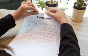 چنانچه مالک قبل از اعلام قبول یا رد معامله فضولی فوت کرد حق رد یا قبول معامله به ورثه ی وی منتقل می شود.